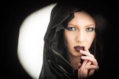 Schwarzes Freitag-Konzept schwarzer Freitag im Blick der Frau mit Haube und Make-up Stockfoto