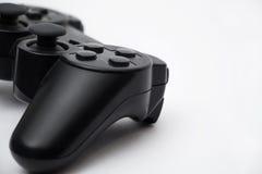 Schwarzes gamepad auf weißem Hintergrund Stockfotografie