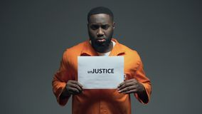 Schwarzes Gefangenholding unJustice unterzeichnen in der Zelle, Menschenrechtsschutzbewusstsein stock footage