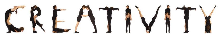 Schwarzes gekleidete Leute, die Wort KREATIVITÄT bilden stockfotografie