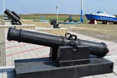 Schwarzes Gewehr in einem Freiluftmuseum Antike Waffengewehre Stockfotografie