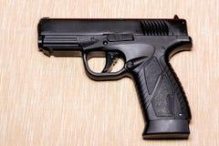 Schwarzes Gewehr lokalisiert auf hellfarbigem Hintergrund stockfotos