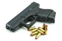 Schwarzes Gewehr und 9mm Kugeln ein weißer Hintergrund Stockfoto