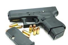 Schwarzes Gewehr und 9mm Kugeln ein weißer Hintergrund Lizenzfreie Stockfotos