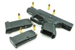 Schwarzes Gewehr und 9mm Kugeln ein weißer Hintergrund Stockbild