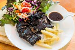 Schwarzes Hühnersteak auf Tabelle stockfoto