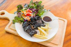 Schwarzes Hühnersteak auf Tabelle lizenzfreie stockfotos