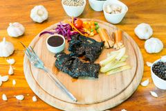 Schwarzes Hühnersteak auf Tabelle stockfotos