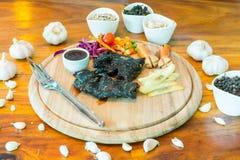 Schwarzes Hühnersteak auf Tabelle lizenzfreie stockbilder