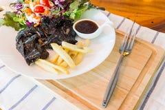 Schwarzes Hühnersteak auf Tabelle lizenzfreie stockfotografie