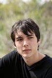 Schwarzes Haar des im Freienportraits des Jungen des jungen jugendlich Lizenzfreies Stockfoto