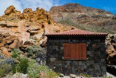 Schwarzes Haus in den Bergen, Teneriffa, Kanarische Inseln Stockfoto