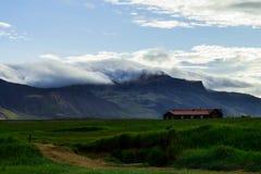 Schwarzes Haus vor Wolken Lizenzfreies Stockfoto