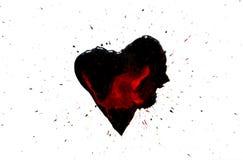 Schwarzes Herz mit roten Tropfen und schwarze Farbe sprühen herum lokalisiert auf Weiß Lizenzfreie Stockbilder