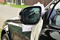 Schwarzes Hochzeitsauto verziert mit Band Lizenzfreies Stockfoto