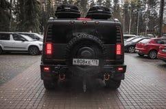 Schwarzes Hummer H2 steht auf Parken, hintere Ansicht Stockbilder