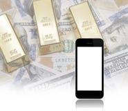 Schwarzes intelligentes Telefon auf US-Dollar Banknote und Goldbarrenhintergrund Lizenzfreies Stockbild