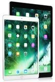 Schwarzes iPad Pro- 12,9 bewegen Schritt für Schritt fort und weißes iPad Pro-10,5 Zoll auf weißem Hintergrund Stockfotos
