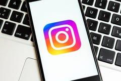Schwarzes iPhone mit Logo des Social Media Instagram auf dem Schirm stockfotos