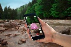 Schwarzes iphone mit pokemon gehen auf Schirm Stockbild