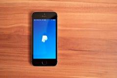 Schwarzes Iphone 5s, das IOS 8 anzeigt Stockbild