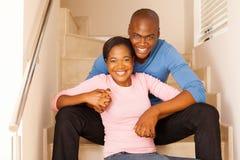 schwarzes junges Paarsitzen lizenzfreie stockfotos