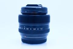 Schwarzes Kameraobjektiv auf weißem Hintergrund Lizenzfreies Stockbild