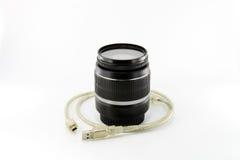 Schwarzes Kameraobjektiv und USB-Seilzug Stockfotografie