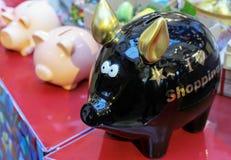 Schwarzes keramisches Sparschwein auf dem Zähler eines Souvenirladens stockfoto