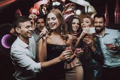 Schwarzes Kleid Singen Sie und trinken Sie Lächeln Karaokeverein lizenzfreie stockfotos