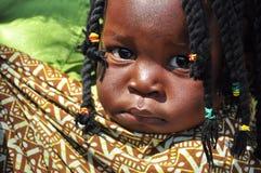 Schwarzes kleines Mädchen mit afrikanischer Haareinfassung Lizenzfreie Stockfotos