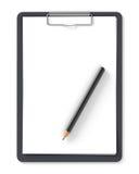 Schwarzes Klemmbrett mit Bleistift und leeren Blättern Papier Stockbild