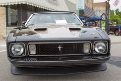Schwarzes konvertierbares Auto 1973 Ford Mustangs Front View Stockfoto