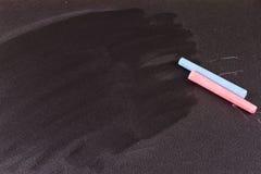 Schwarzes Kreidebrett und farbige Kreide Stockfotografie