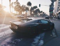 Schwarzes Lamborghini bei Sonnenuntergang in Santa Monica California lizenzfreies stockbild