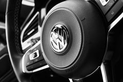 Schwarzes Lenkrad mit VW-Firmenzeichen Lizenzfreie Stockfotografie