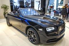 Schwarzes Luxusauto-konvertierbare Rolls- Roycedämmerung auf Ausstellung Mitte BMW-BORTE, München, Deutschland Lizenzfreie Stockbilder