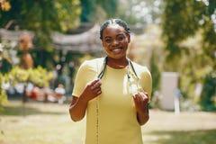 Schwarzes Mädchen mit Stethoskop stockfotos