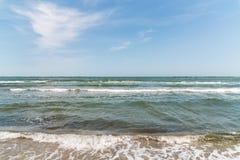Schwarzes Meer bewegt an der Küstenlinie wellenartig Lizenzfreies Stockfoto