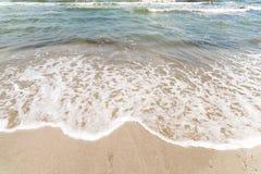 Schwarzes Meer bewegt an der Küstenlinie wellenartig Stockbilder