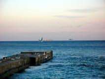 Schwarzes Meer im Winter und Schiff auf dem Horizont Stockfotos