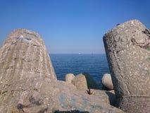Schwarzes Meer nahe Varna-Seehafen, Bulgarien stockfoto