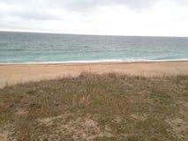 Schwarzes Meer Schwarzes Meer bewegt Sandstrand wellenartig Lizenzfreie Stockbilder