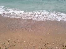 Schwarzes Meer Schwarzes Meer bewegt Sandstrand wellenartig Stockfotografie