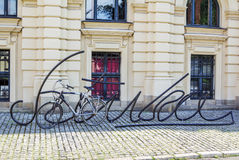 Schwarzes Metall beschriftet geformtes Fahrradparken Lizenzfreie Stockbilder