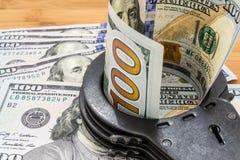 Schwarzes Metall fesselt das Lügen auf den 100 Dollar Banknoten mit Handschellen Lizenzfreie Stockfotos