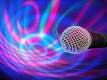 Schwarzes Mikrofon auf einem abstrakten Hintergrund Lizenzfreie Stockfotos
