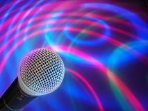 Schwarzes Mikrofon auf einem abstrakten Hintergrund Stockfoto