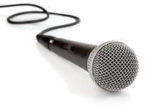 Schwarzes Mikrofon mit dem Seilzug getrennt stockbild
