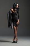 Schwarzes Mode-Modell, das stilvolle Garderobe trägt stockfoto
